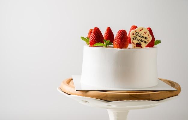 Wyśmienicie urodzinowy tort z świeczką na bławym tle. miejsce na tekst
