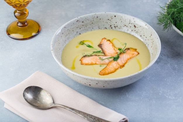 Wyśmienita zupa krem ze świeżego łososia z warzywami i przyprawami serwowana w restauracji.