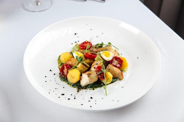 Wyśmienity grillowany kurczak z warzywami i ziołami
