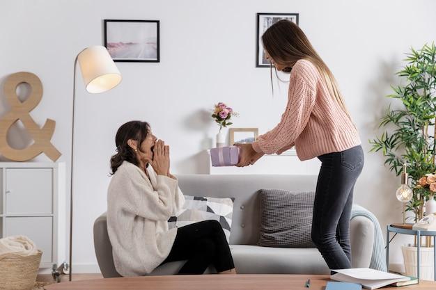 Wysoka córka zaskakująca matka