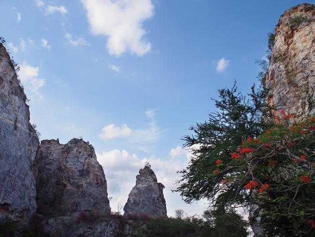 Wysoka góra przeciw niebieskiemu niebu przy khao ngoo skały parkiem khao ngu lub thueak, ratchaburi prowincja, tajlandia.