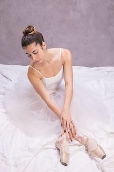 Wysoka kąt baleriny siedzącej pozie