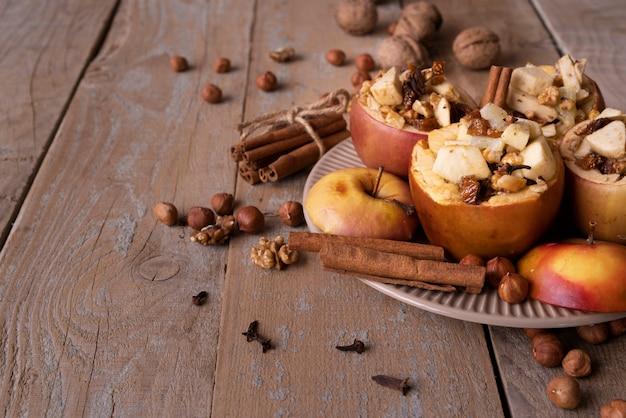 Wysoka kąt dekoracja z jabłkami na drewnianym tle