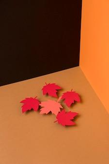Wysoka kąt jesień barwi tło z papierowymi liśćmi