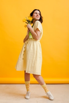 Wysoka kąt kobieta z kwiatami