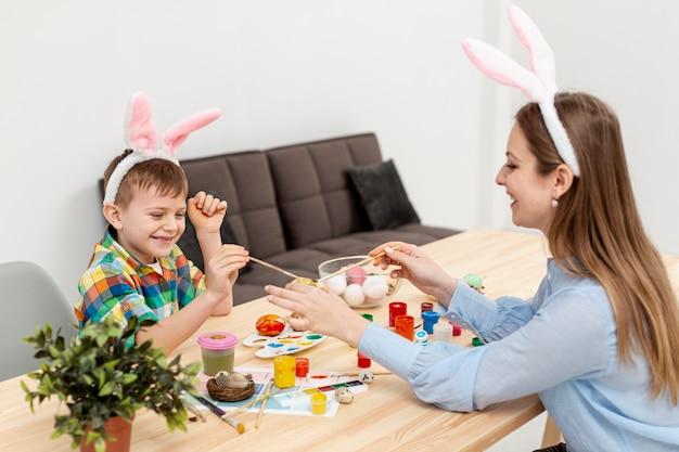 Wysoka kąt mama i syn z uszami królika