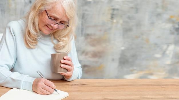 Wysoka kąt starsza kobieta notatek