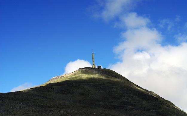Wysoka konstrukcja na szczycie wzgórza w tuddal gaustatoppen w norwegii