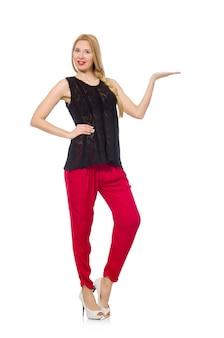 Wysoka młoda kobieta w czerwonych spodniach odizolowywających na bielu