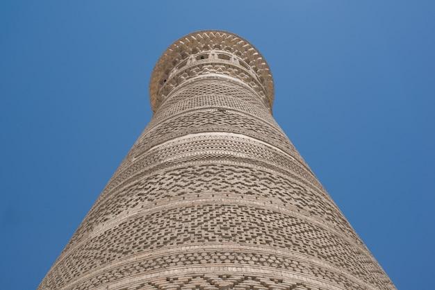 Wysoka owalna wieża z cegły antyczne budowle azjatyckie szczegóły architektury azji środkowej