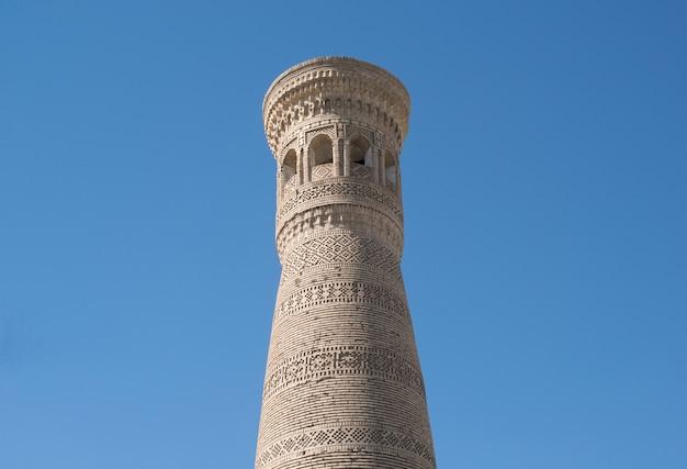 Wysoka owalna wieża z cegły starożytne budowle azjatyckie architektura średniowiecznej azji środkowej