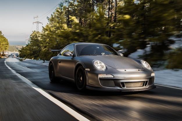 Wysoka prędkość jazdy mini samochód sportowy w lesie.