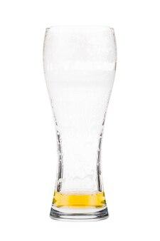 Wysoka szklanka do piwa prawie pełna z piwem lager, w trakcie picia. ktoś już pociągnął łyk ze szklanki. na białym tle