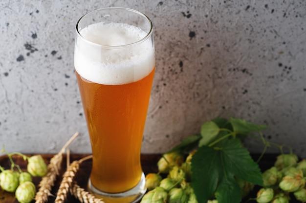 Wysoka szklanka piwa pszenicznego na stole