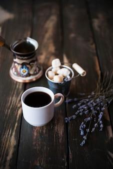 Wysoka widoku ranek kawa na drewnianym tle