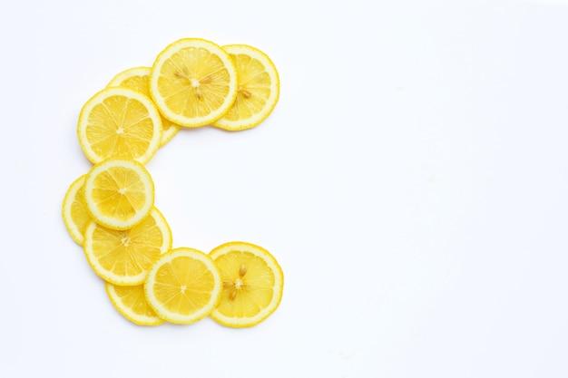 Wysoka witamina c, litera c z plasterków cytryny na białym tle.
