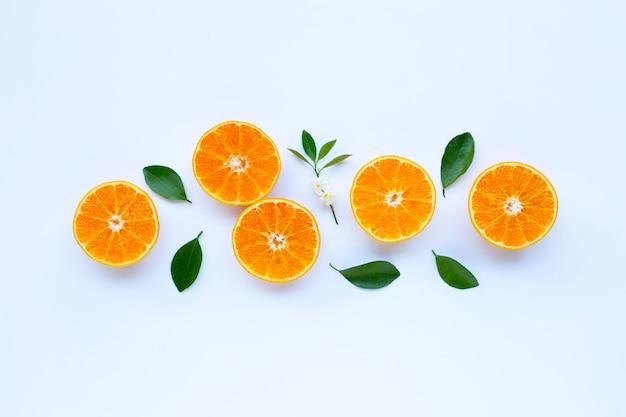 Wysoka witamina c, pomarańczowe owoc z liśćmi na białym tle.