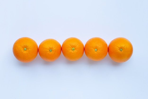 Wysoka witamina c, soczysta i słodka. świeża pomarańczowa owoc na białym tle.
