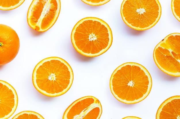 Wysoka witamina c, soczysta i słodka. świeża pomarańczowa owoc na bielu.