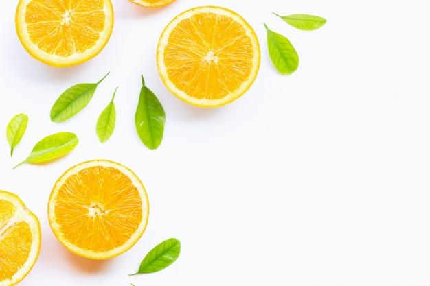 Wysoka witamina c, soczysta i słodka. świeża pomarańczowa owoc z zielonym leaveson bielu tłem