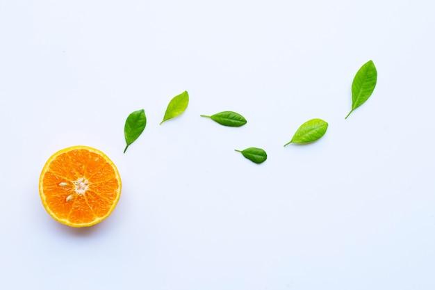Wysoka witamina c. świeża pomarańczowa cytrus owoc z liśćmi odizolowywającymi na bielu