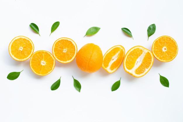 Wysoka witamina c. świeży pomarańczowy owoc cytrusowy z liśćmi na białym tle