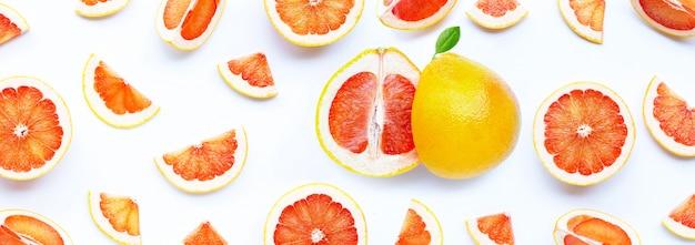 Wysoka zawartość witaminy c. soczysty grejpfrut na białym tle.