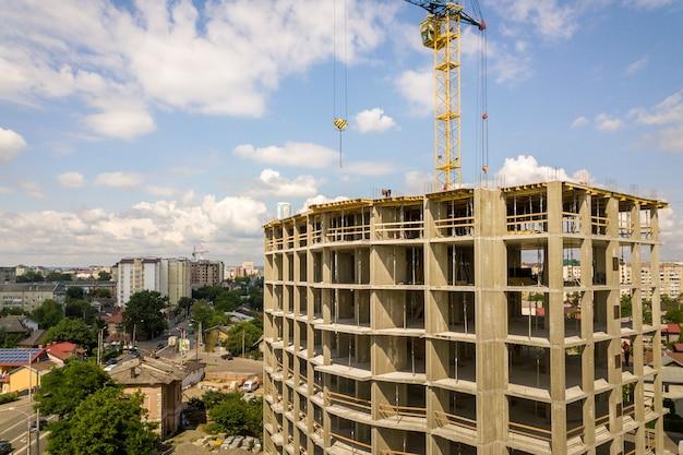 Wysoki betonowy budynek mieszkalny lub biurowy w budowie.