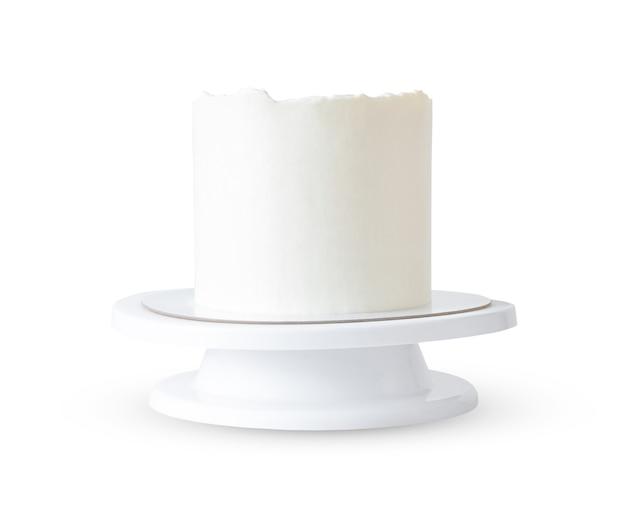 Wysoki biały tort bez wystroju na stojaku na białym tle. nawet makieta i próbka okrągłego ciasta.