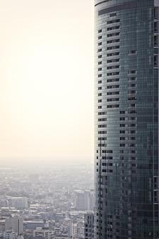 Wysoki budynek biurowy i mieszkalny w bangkoku, thialand z pustym lub kopiowanym miejscem po lewej stronie