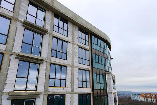 Wysoki budynek mieszkalny w budowie w nowoczesnym mieście. rozwój nieruchomości.