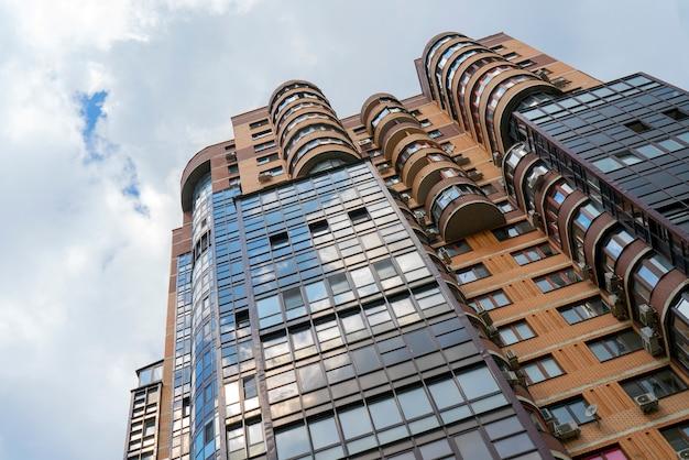 Wysoki budynek mieszkalny w mieście.