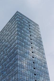 Wysoki budynek na tle nieba w metropolii wysoki szklany wieżowiec biznesowy w mieście