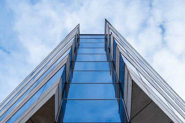 Wysoki budynek w mieście