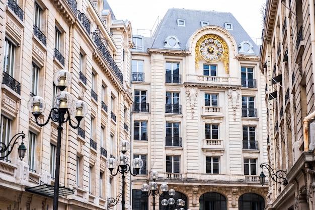 Wysoki francuski budynek z dużym zegarem
