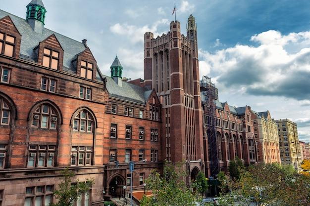 Wysoki historyczny uniwersytecki budynek w nowy jork, usa