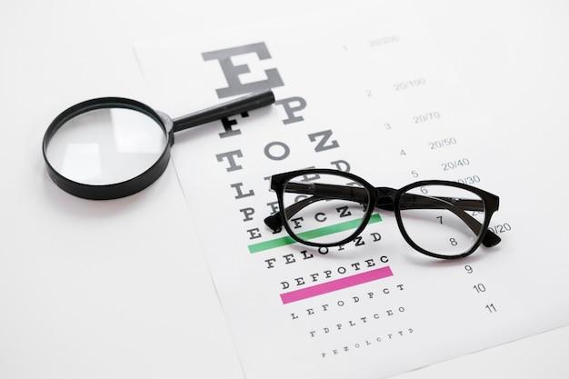 Wysoki kąt alfabet tabela z lupą i okularami