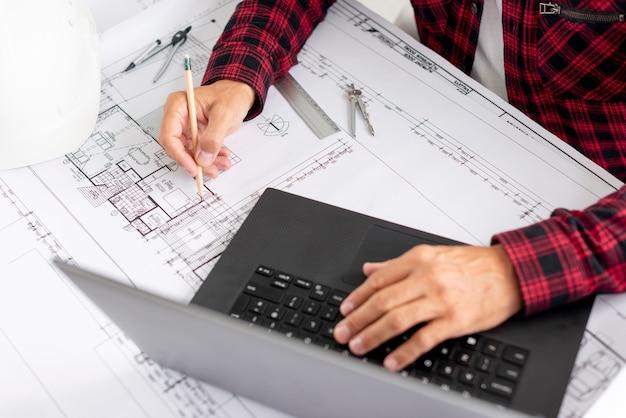 Wysoki kąt architekt pracujący nad projektem