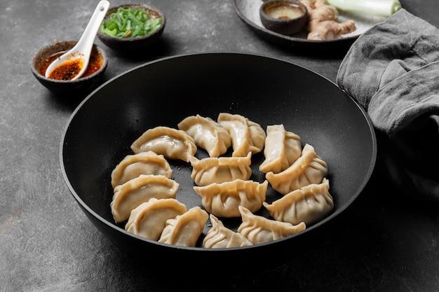Wysoki kąt azjatyckie jedzenie w misce