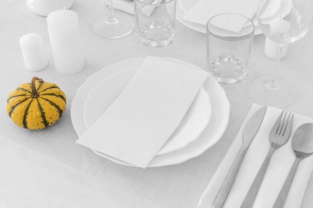 Wysoki kąt białych talerzy na stole z miejsca na kopię