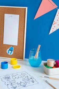 Wysoki Kąt Biurka Dziecięcego Z Farbą I Rysunkiem Darmowe Zdjęcia