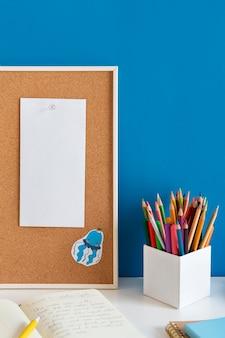 Wysoki Kąt Biurka Dziecięcego Z Kolorowymi Ołówkami Darmowe Zdjęcia