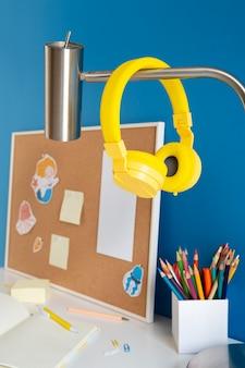 Wysoki kąt biurka dziecięcego z kolorowymi ołówkami