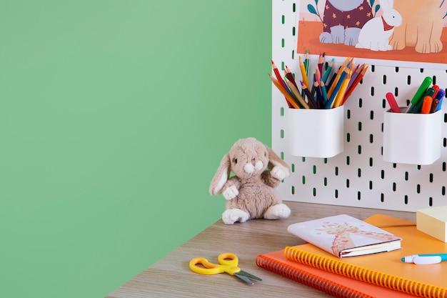 Wysoki kąt biurka dziecięcego z organizerem