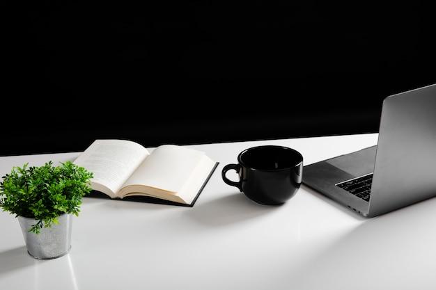 Wysoki kąt biurka koncepcji z miejsca kopiowania