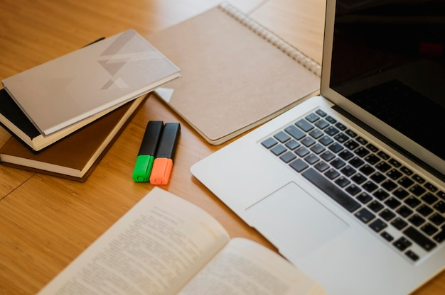 Wysoki kąt biurka z książkami i laptopem