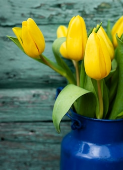 Wysoki kąt bukiet żółtych tulipanów