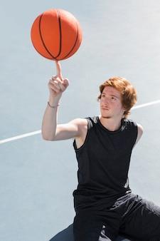 Wysoki kąt chłopca z piłką do koszykówki