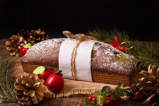 Wysoki kąt ciasta bożonarodzeniowego z szyszkami