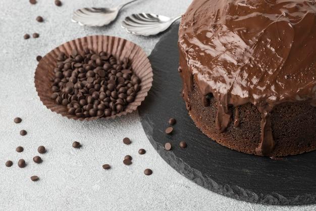 Wysoki kąt ciasta czekoladowego z kawałkami czekolady